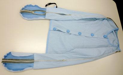 看護師さんがパジャマの型紙を使って見本を製作